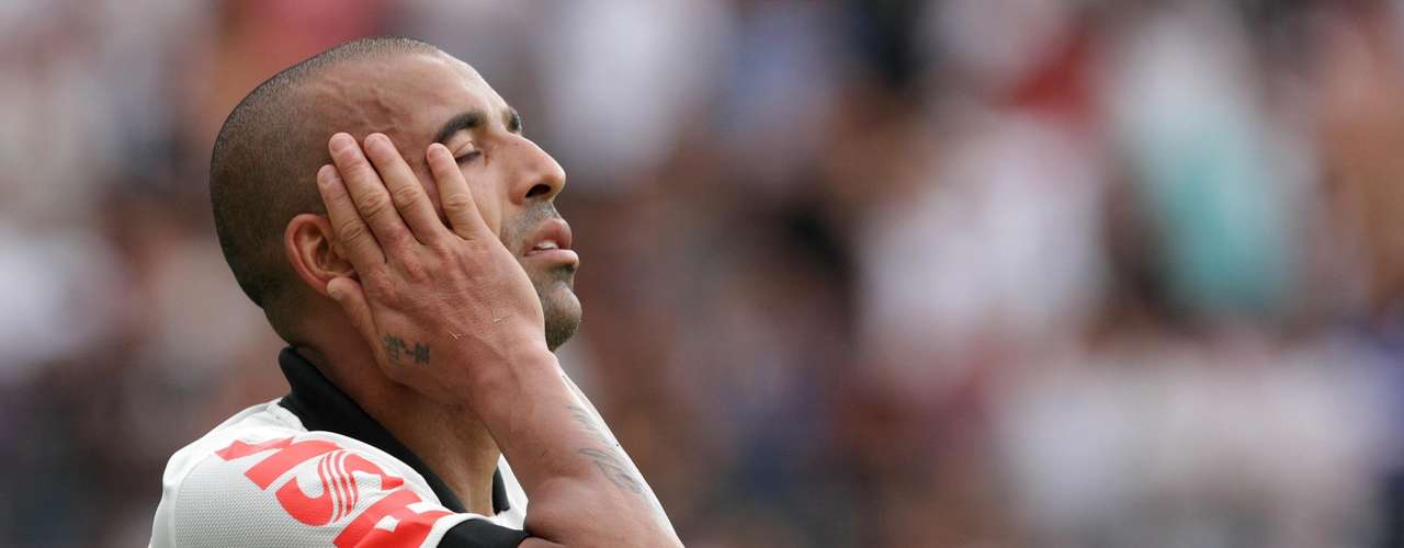 Emerson no Flamengo? O atacante, longe de ser uma unanimidade entre corintianos após o fraco 2013, pode parar no Flamengo, ex-clube do jogador. A diretoria do clube carioca já confirmou interesse no atleta.