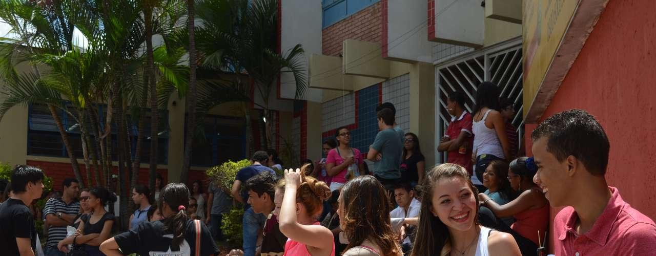 Goiânia - A temperatura elevada castigou os estudantes antes da abertura dos portões