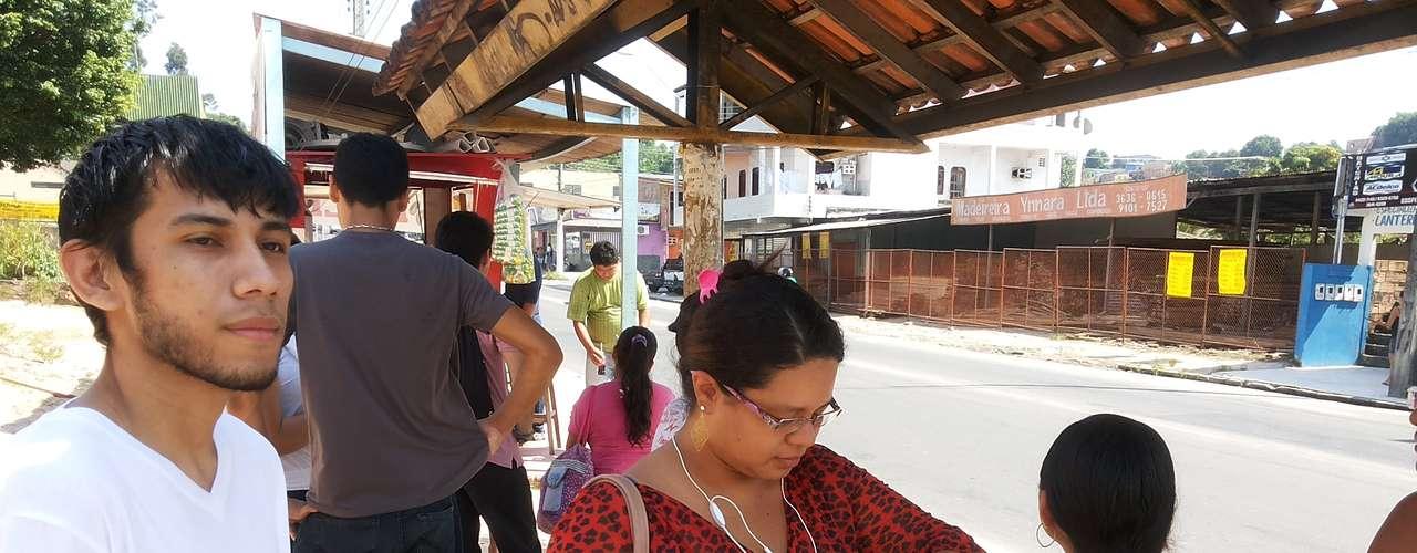 Manaus - A professora Karina Serrão, de 25 anos, estava há 40 minutos esperando o ônibus da linha 416.-