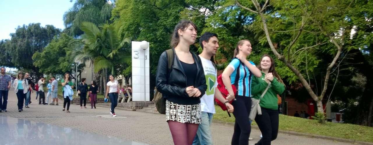 Porto Alegre - Estudantes chegaram cedo para o segundo dia de provas do Enem na Faculdade Porto-Alegrense