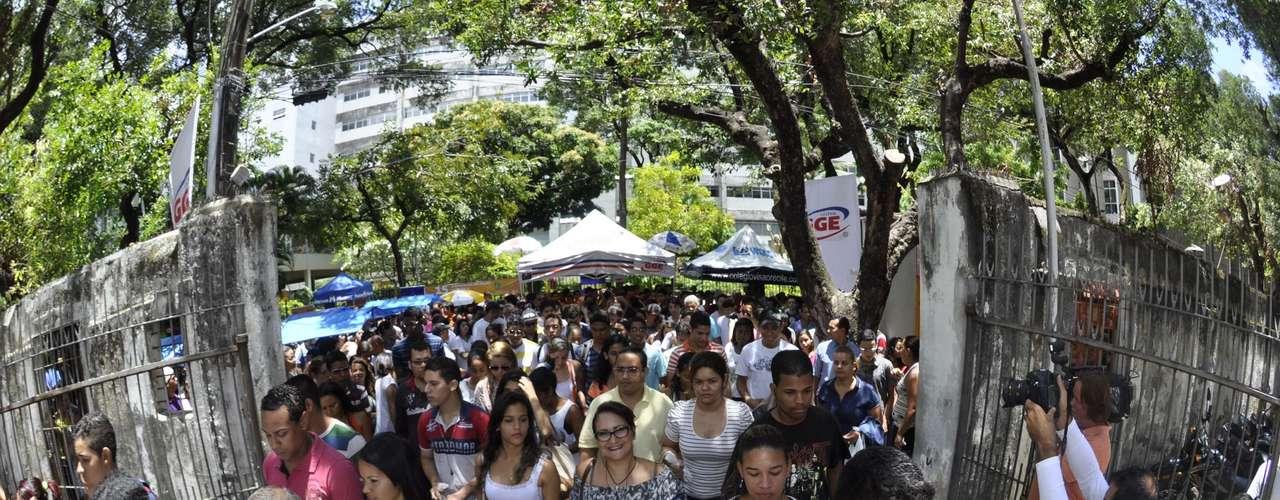 Recife - Estudantes se preparam para o segundo dia de provas do Enem na Universidade Católica de Pernambuco (UNICAP) em Recife (PE) neste domingo