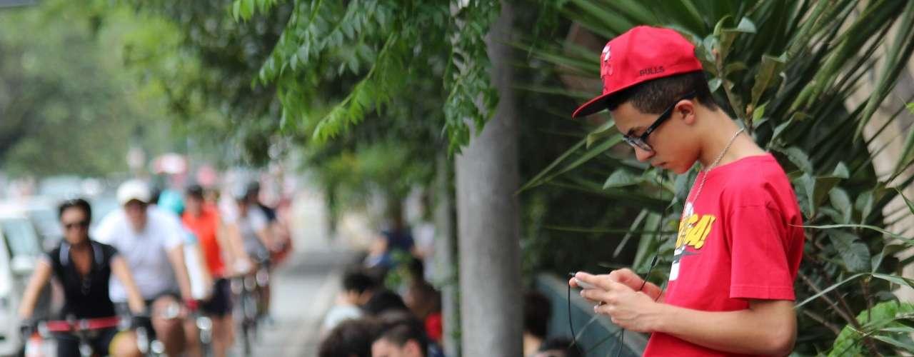 São Paulo - Jovens esperavam o início da prova sentados na calçada. alguns aproveitaram para ler ou escutar música