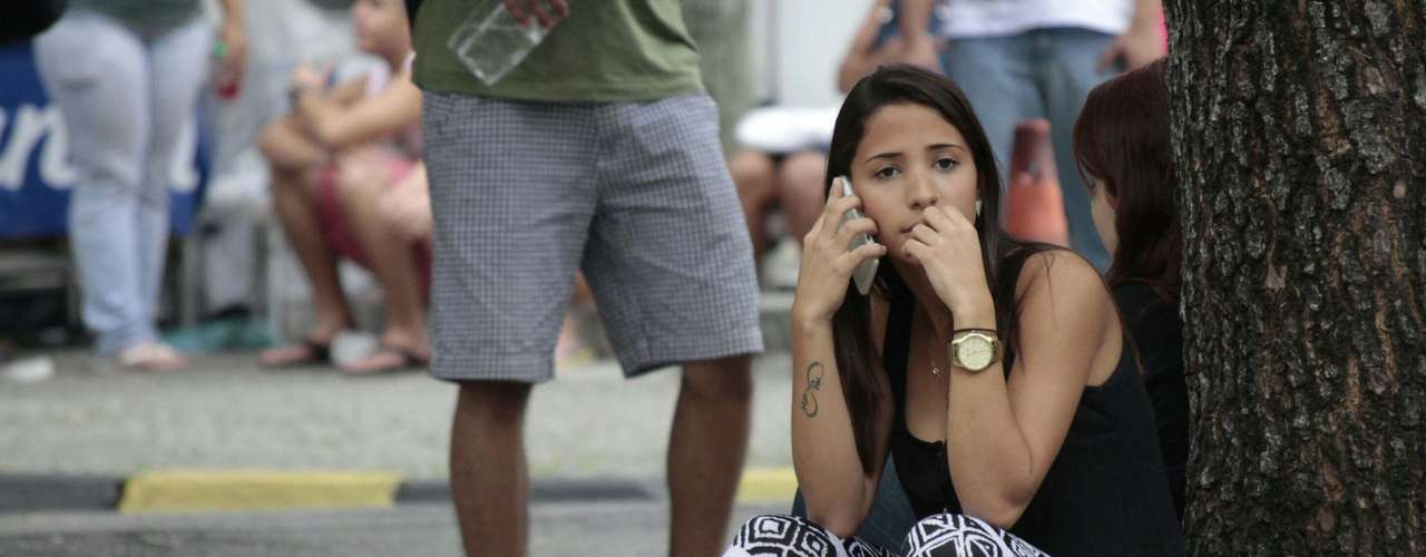 Rio de Janeiro - Candidata fala ao telefone antes das provas do segundo dia do Exame Nacional do Ensino Médio (Enem). Os estudantes têm 5h30 para resolver 45 questões de linguagens e códigos, outras 45 de matemática e ainda escrever uma redação