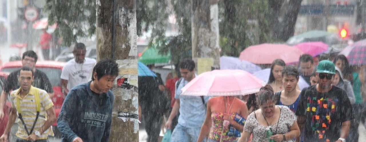 São Paulo - Muitos estudantes foram surpreendidos com a chuva no começo da tarde deste domingo - após enfrentarem um calor de 30ºC