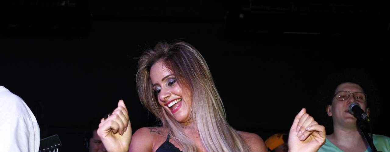 De shortinho, panicat Babi Muniz samba em bar de São Paulo