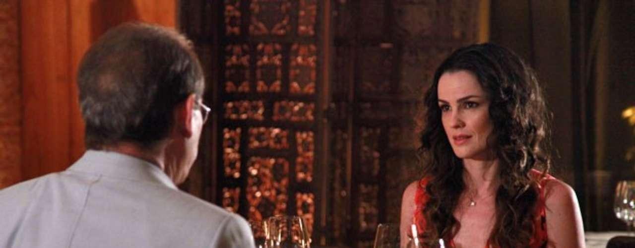 Herbert leva Gina para jantar em um restaurante tão elegante que a deixa sem graça. O médico se desmancha em elogios e dá um anel de presente para a cozinheira. Tímida, ela diz que não pode aceitar uma joia daquela e, só então, descobre a razão de tudo aquilo. Gina, você não entendeu ainda? Eu estou te pedindo em casamento, explica Herbert