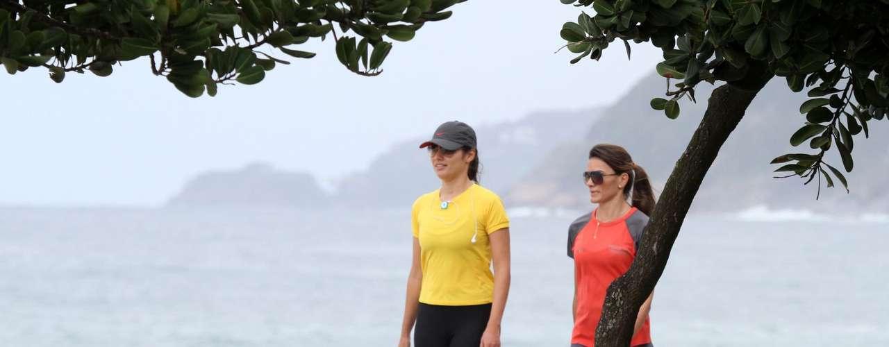 Outubro 2013-Patrícia Poeta foi fotografada ao caminhar pela orla de uma praia do Rio de Janeiro, nesta terça-feira (29)