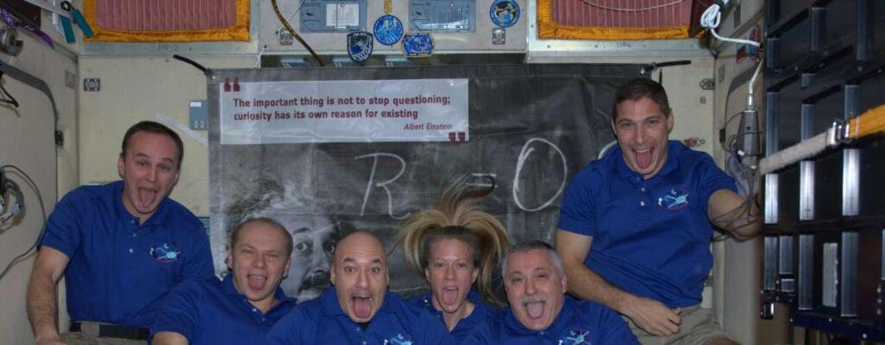 28 de outubro - Astronautas da Estação Espacial Internacional prestam homenagem ao cientista Albert Einstein, imitando a foto mais famosa do gênio da física. O tributo foi feito antes que o ATV4, veículo não tripulado batizado com o nome de Einstein, e que levou suprimentos à ISS, se desacoplasse da estação