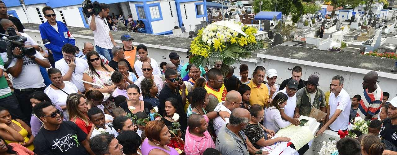 1º de novembro -Após o enterro, familiares e amigos deixaram o cemitério do Murundu e se dirigiram para o fórum de Bangu