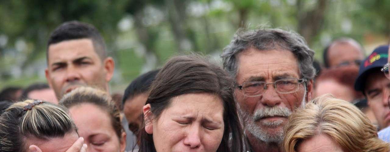 1º de novembro - Viúva de PM morto em tiroteio chora durante sepultamento no Rio