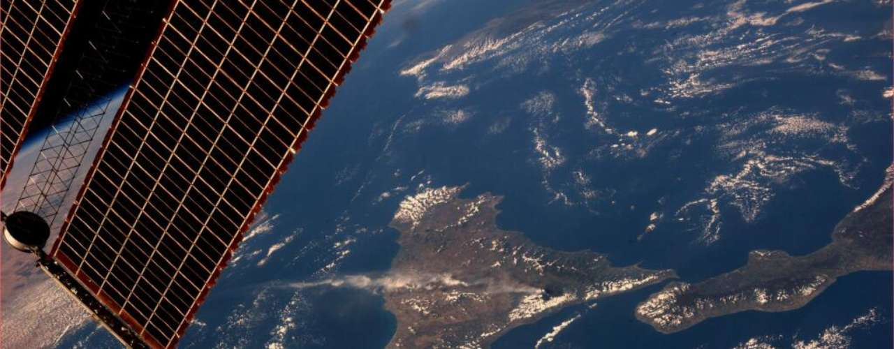 A fumaça proveniente da erupção do vulcão Etna se estendeu tão para o alto que pôde até ser vista do espaço. A astronauta Karen Nyberg registrou a nuvem expelida pelo vulcão e divulgou a imagem em seu Twitter. A erupção no vulcão no sul da Itália ocorreu depois que uma série de pequenos tremores de terra afetou a região a Sicília