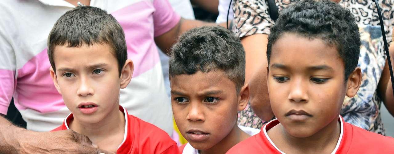 1º de novembro -Crianças vestem uniforme do Bangu Atlético Clube em enterro do garoto Kayo da Silva Costa