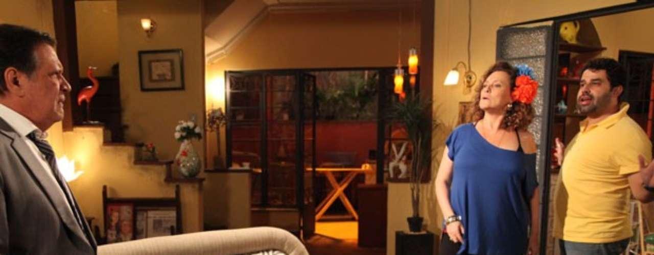 Atílio (Luis Melo) pega Márcia (Elizabeth Savalla) dando comida na boca de Rinaldo (Marcelo Flores) e fica surpreso com a cena
