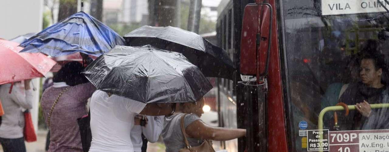 4 de novembro -Grupo tenta subir em ônibus enquanto a chuva não dá trégua em São Paulo