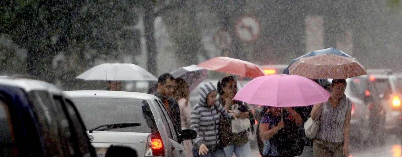 4 de novembro -Segundo o Centro de Gerenciamento de Emergências (CGE) de SP, desde as 16h05, as zonas oeste e norte da capital, as marginais Tietê e Pinheiros e o centro entraram em atenção