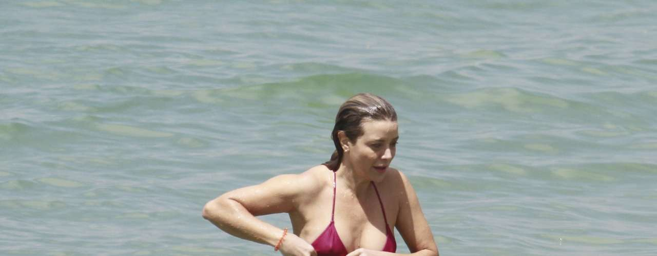Novembro 2013 -A atriz Christiane Fernandes, mulher do também ator Floriano Peixoto, curtiu também a praia da Barra da Tijuca, no Rio de Janeiro nesta segunda-feira (4)