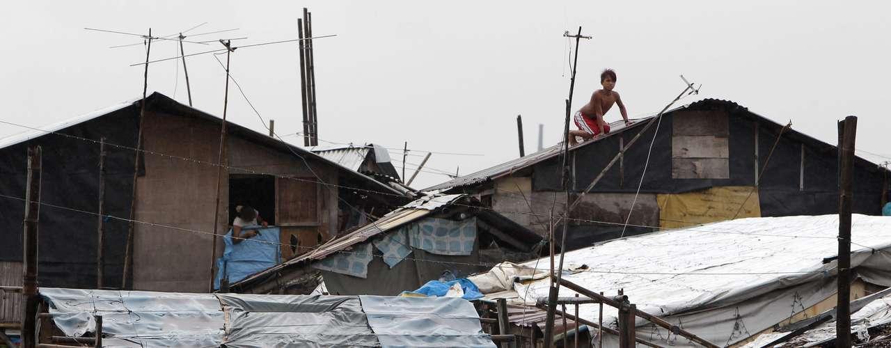 8 de novembro -Moradores de aldeia filipina reforçam casas antes de chegada de fortes ventos