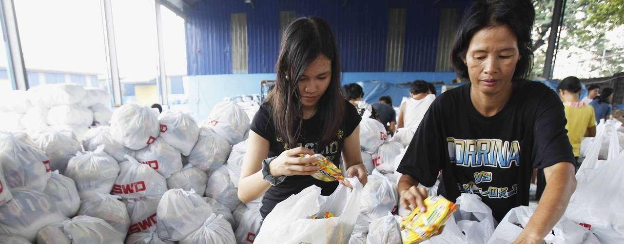 8 de novembro -Voluntários estocam comida e preparam abrigo para atingidos pelo tufão
