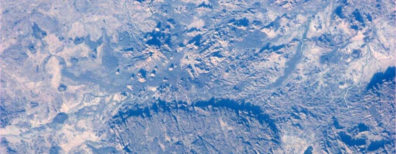 O close de uma pegada na Lua? Vista de cima, essa formação rochosa na República do Níger se assemelha à marca deixada por uma bota, mas não passa de uma região montanhosa. O registro foi feito pelo astronauta americano Mike Hopkins em novembro e divulgado em seu Twitter