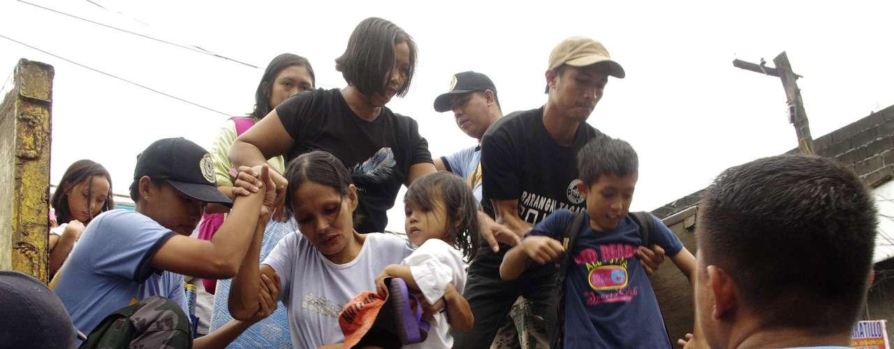 8 de novembro -Famílias deixam casas nos arredores da capital Manilla
