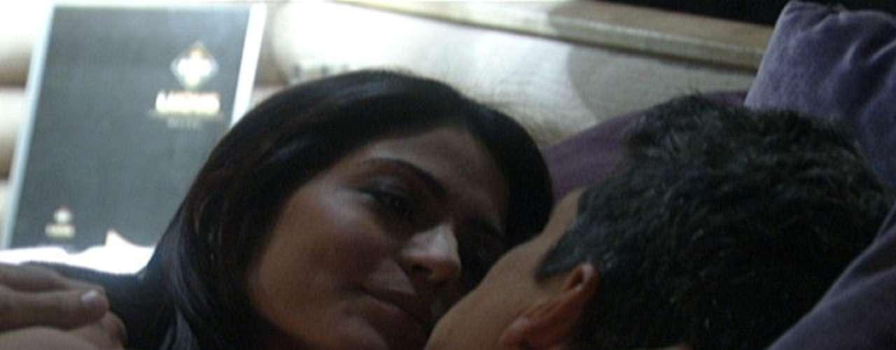 Patrícia e Michel vão ao mesmo motel que Silvia e Guto e por pouco não se encontram