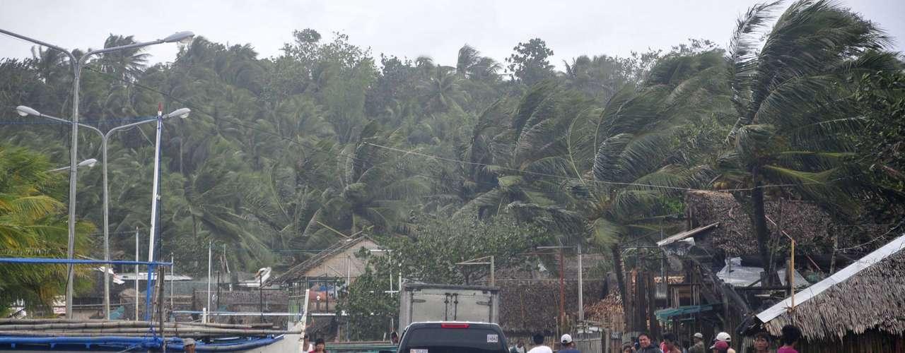 8 de novembro -Carro trafega em meios a destroços após a passagem do tufão pela cidade costeira de Legazpi
