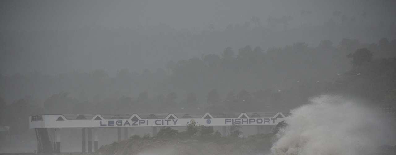 8 de novembro -Grandes ondas quebram na costa de Legazpi