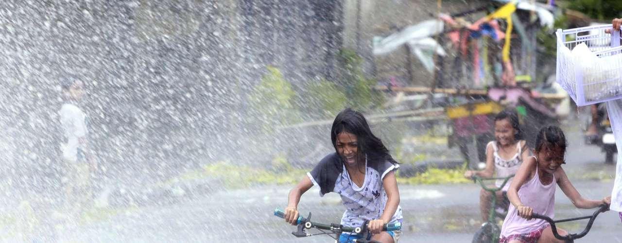8 de novembro -Meninas são atingidas por ondas enquanto andam de bicicleta em Los Banos