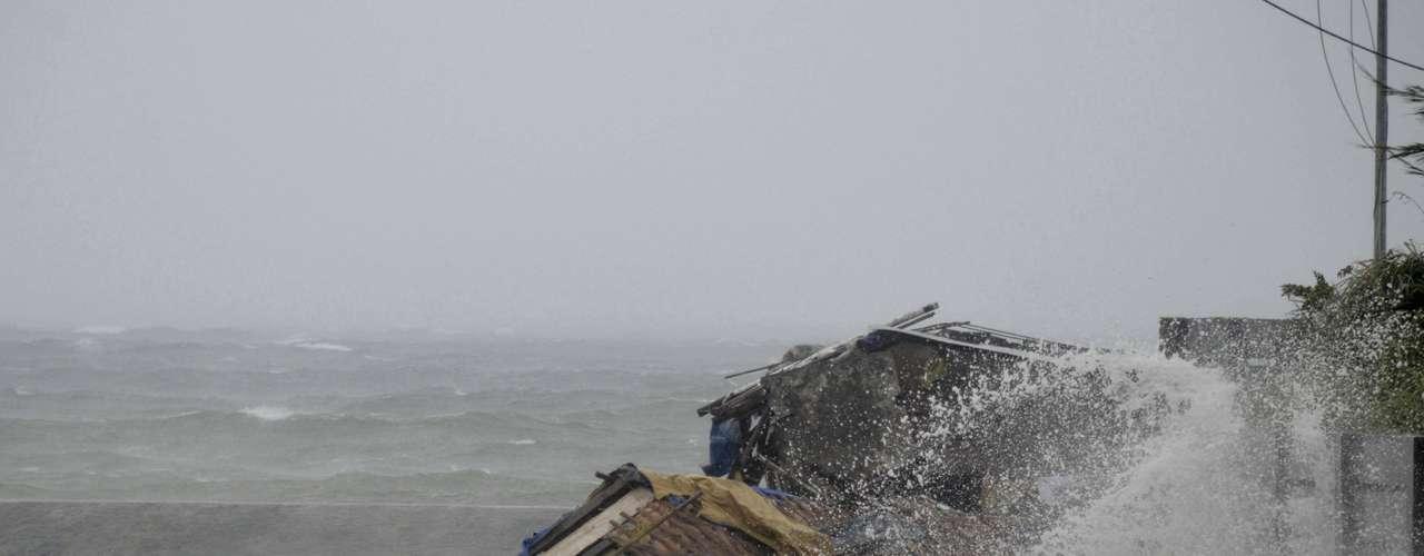 8 de novembro -Casa é arrastada pela tempestade depois que o tufão atingiu a cidade de Legazpi, na província de Albay