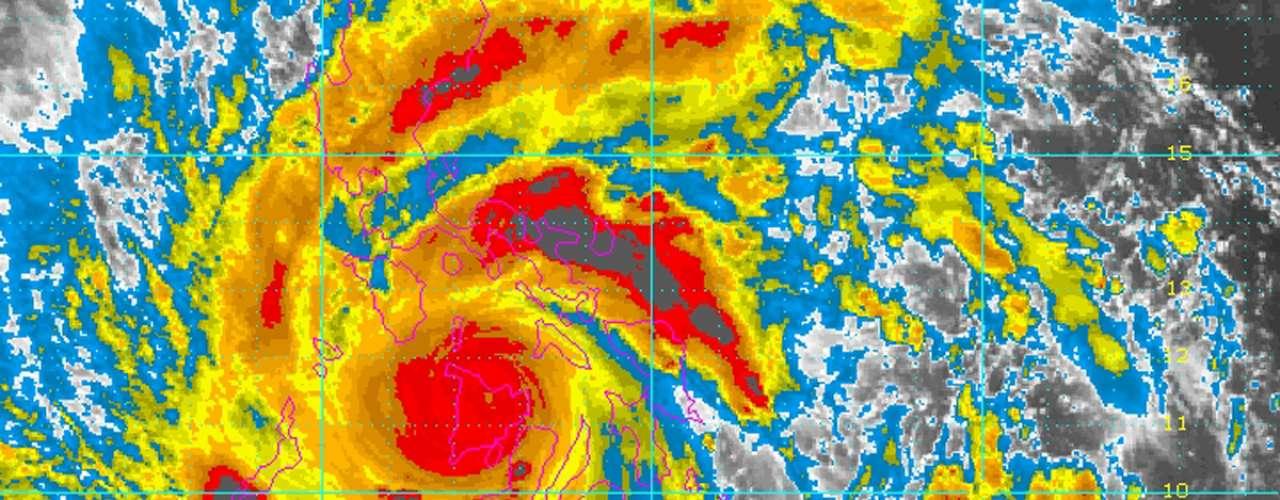 8 de novembro -Imagem de satélite mostra o tufão Haiyan atravessando as Filipinas
