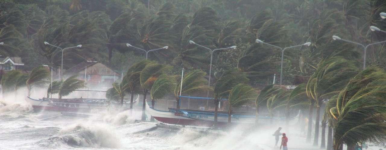 8 de novembro -Em Albay, moradores observam as ondas gigantes que se formam com a chegada do tufão