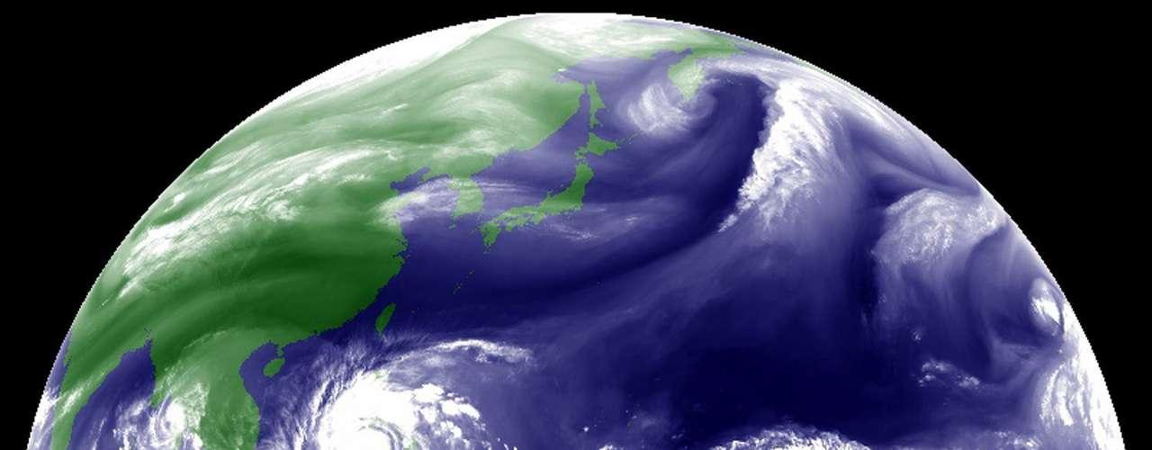 8 de novembro -Imagem de satélite da Agência Meteorológica do Japão mostra o tufão sobre as Filipinas nesta sexta