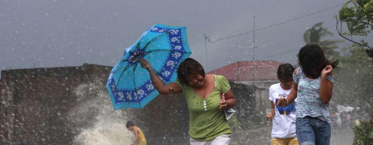 8 de novembro -Moradores de Bayog se protegem da chuvas provocadas pelo tufão
