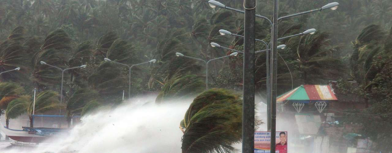 9 de novembro -Morador caminha em meio a ventos fortes causados pelo tufão Haiyan que atingiu a cidade de Legaspi, na província de Albay, ao sul de Manila. Esse foi um dos tufões mais intensos já registrados nas Filipinas, causando mortes e aterrorizantes milhões de pessoas