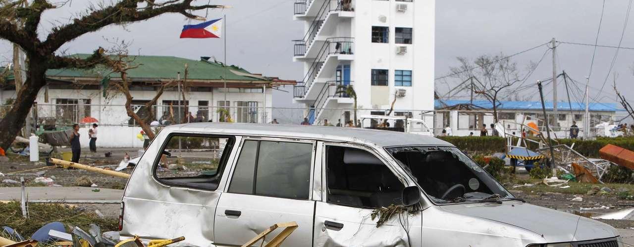 9 de novembro -Veículo danificado é visto em frente a aeroporto depois da passagem do tufão Haiyan pela cidade Tacloban, região central das Filipinas. Possivelmente o mais forte tufão que já atingiu terra devastou a cidade matando pelo menos 100 pessoas