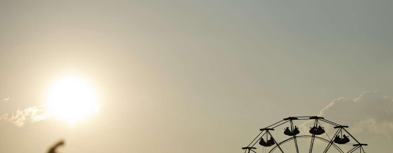 Depoisdo forte calor durante toda o dia, o público do Planeta Terra Festival 2013 assistede camarote ao pôr-do-sol no Campo de Marte enquanto acompanha shows de Blur, Beck, Lana Del Rey, entre outros grandes nomes