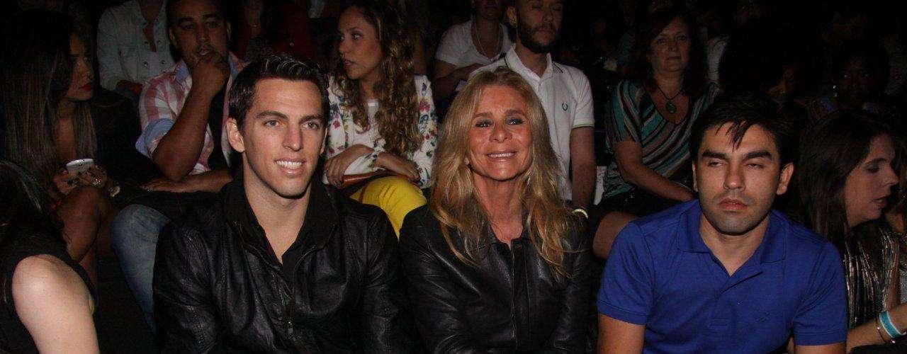 O jogador de futebol Amaury Nunes - namorado da atriz Danielle Winits - acompanhou o desfile da famosa para a TNG ao lado da sogra, Nadja Winits