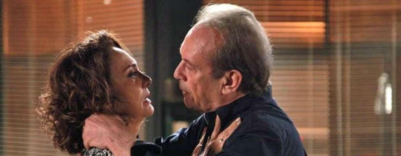Ordália (Eliane Giardini) não resistiu ao convite de Herbert (José Wilker) e foi até o flat do médico para encontrá-lo.Você foi a maior paixão da minha vida, admite ela. Herbert assume que a enfermeira também mexe com ele e, com um clima de romance no ar, os dois se beijam