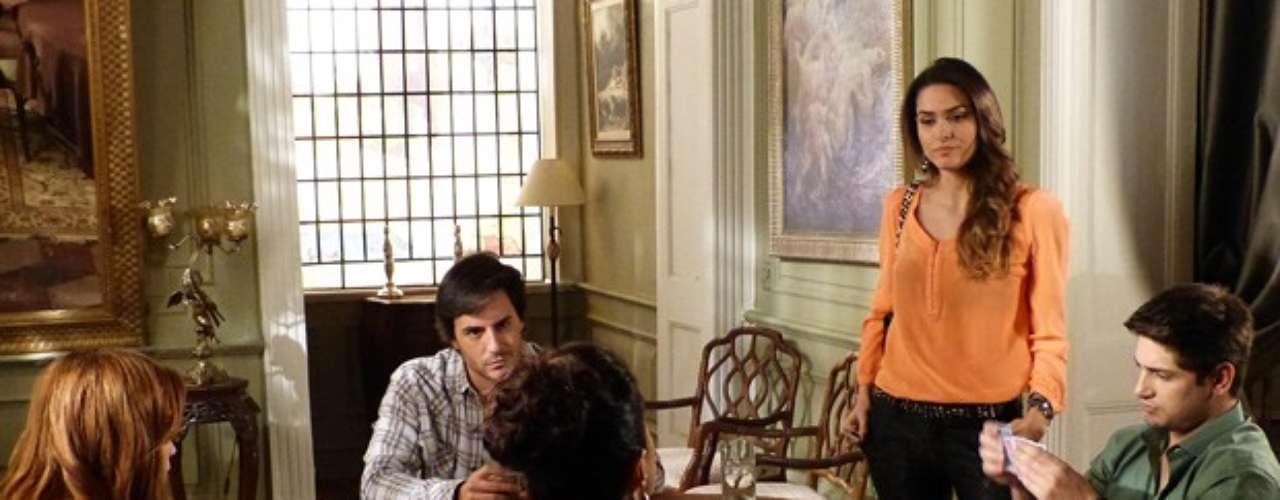 Depois de ganhar o direito de morar na casa que foi de Nicole (Marina Ruy Barbosa), Natasha (Sophia Abrahão) reinará sobre o lugar. Ou, pelo menos, incomodará quem se acha a rainha do pedaço: Leila (Fernanda Machado). Enquanto joga cartas e toma café ao lado da vilã e de Thales (Ricardo Tozzi), Natasha vê o casal tratando Lídia (Angela Rebello) como uma simples serviçal e a defende. \