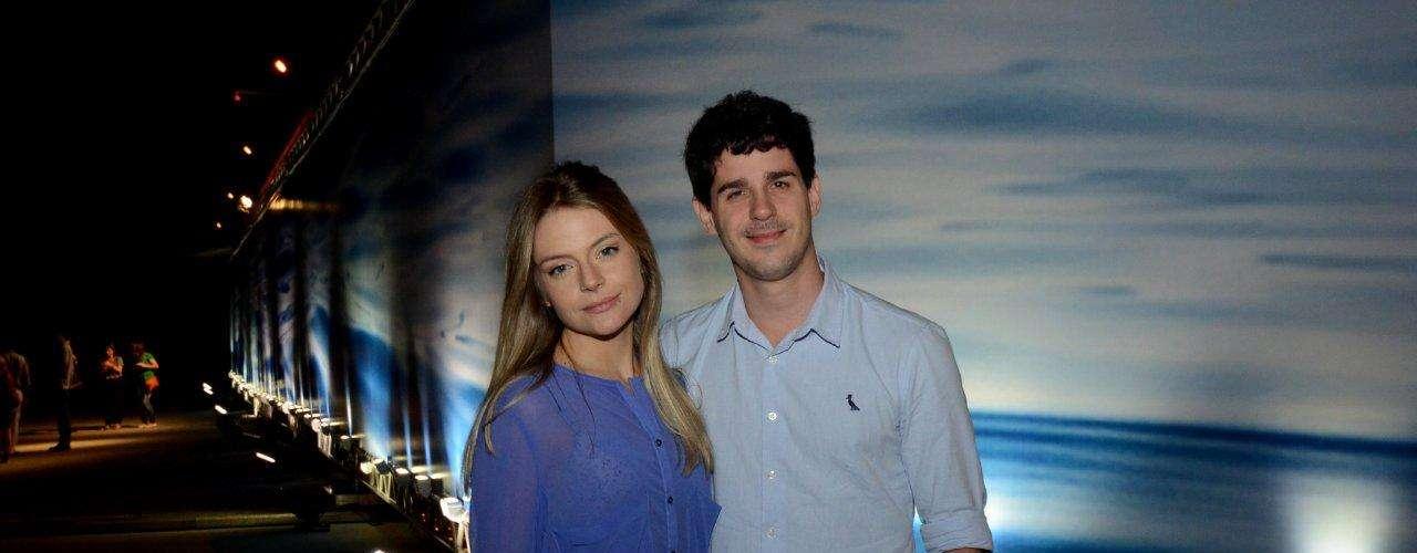 Os atores Pedro Neschling e Vitoria Frate foram juntos ao Fashion Rio neste sábado (9)