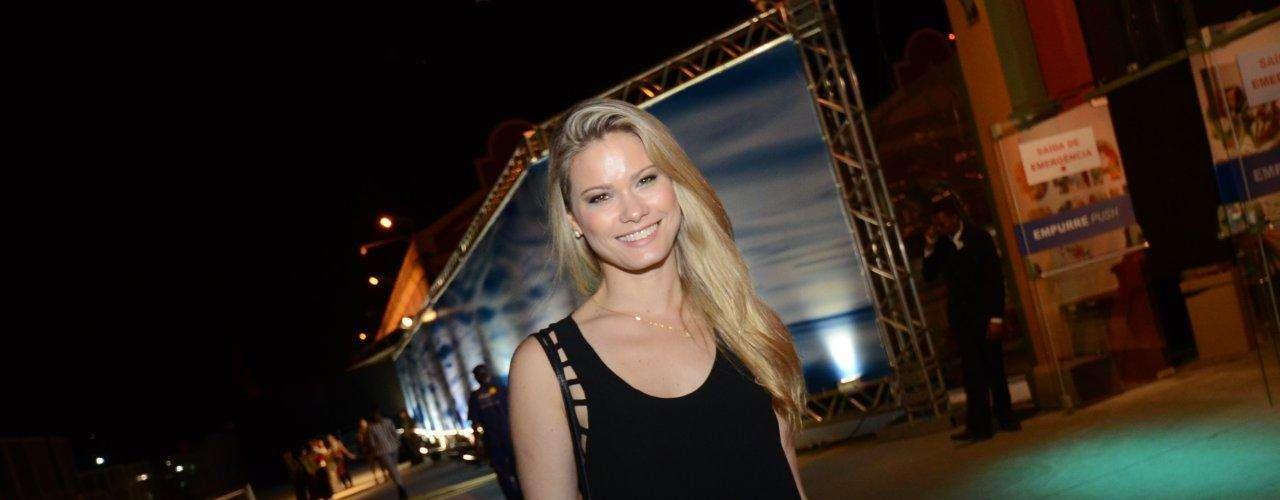 A atriz Karen Junqueira compareceu neste sábado (9) ao Fashion Rio