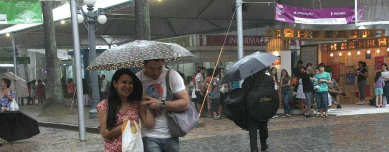 10 de novembro - Fortes chuvas na tarde e na noite deste domingo atingem Porto Alegre, onde ocorre no Centro a tradicional Feira do Livro