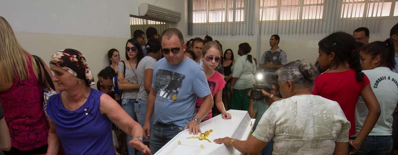 11 de novembro - Familiares eamigos participam do velório do menino Joaquim Ponte Marques, 3 anos, emSão Joaquim da Barra (SP)