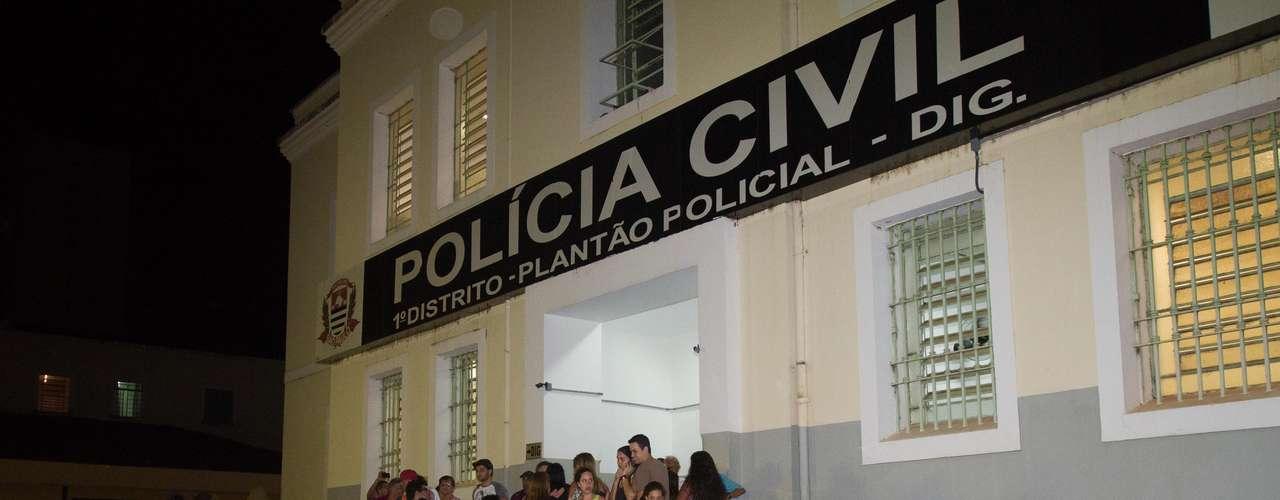 10 de novembro - Moradores invadiram a delegacia onde estavam o padrasto e a mãe da vítima