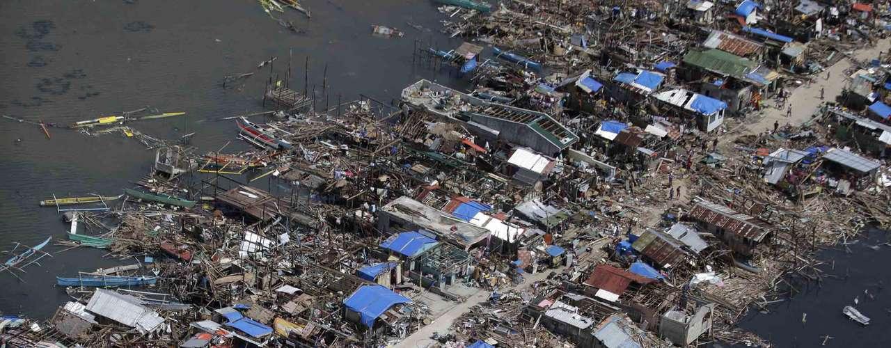 11 de novembro -Imagem feita por um helicóptero da Força Aérea filipina mostra a devastação deixada pelo furacão em Guiuan