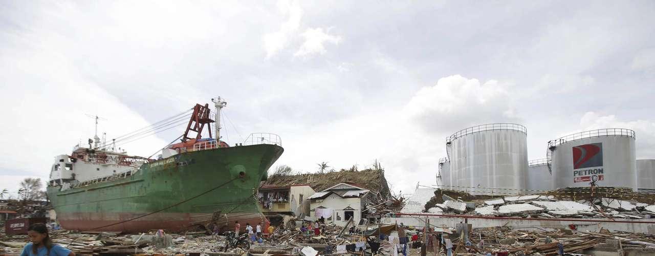 11 de novembro -Navio arrastado pelo tufão atingiu casas em Tacloban