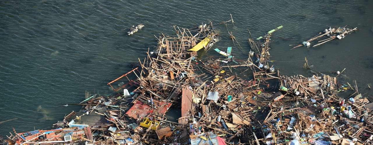 11 de novembro -Amontoado de destroços toma a costa em Guiuan
