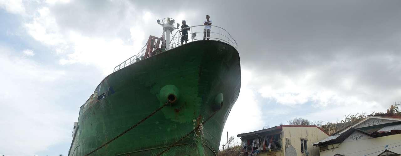 11 de novembro -Moradores precosam enfrentar os escombros para descobrir o que ainda podem salvar em Tacloban