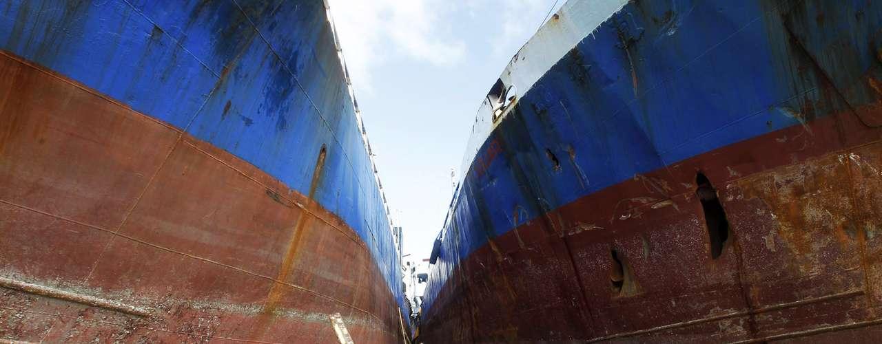 11 de novembro -Moradores caminham entre dois navios arrastados pela força das águas em Anibong, no centro das Filipinas