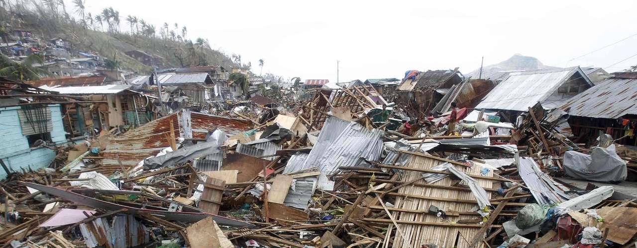 11 de novembro -Cenário é de terra arrasada em Tacloban